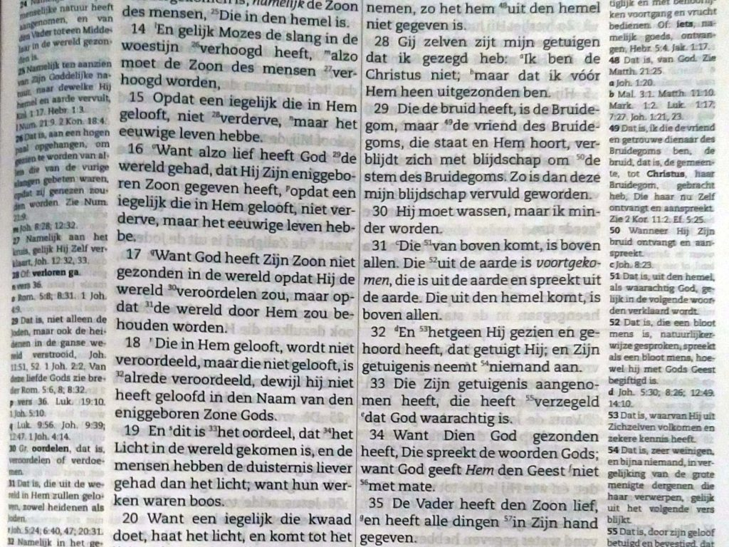 Close up of annotations to John 3 16 in the Dutch Statenvertaling